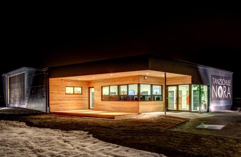 Holzfassade und FunderMax Fassade Tanzschule Nora
