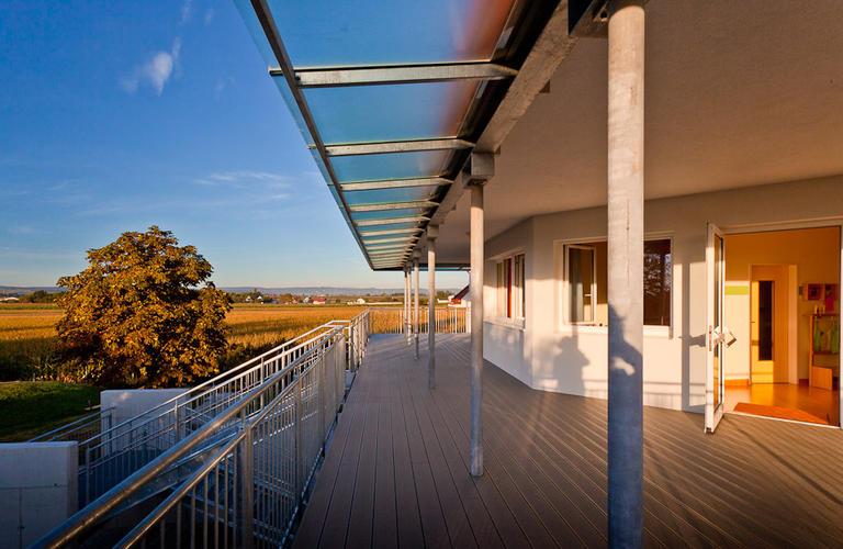 Glaskonstruktion und Holzterrasse